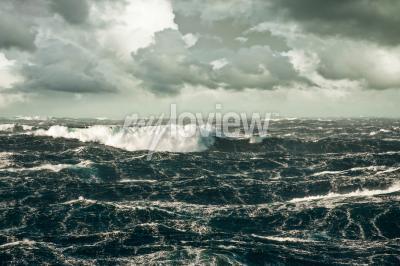 Image Une énorme vague s'écrase à Storming North Atlantic