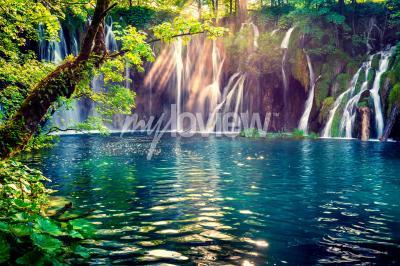 Papiers peints La dernière lumière du jour illumine la cascade d'eau pure du parc national de Plitvice