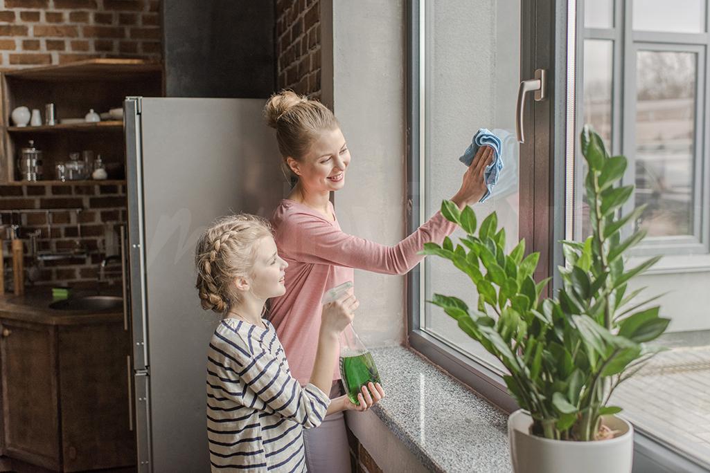 Nettoyer les vitres, ce n'est pas si mal ! Partagez les tâches ménagères avec votre famille pour un ménage de printemps rapide et efficace