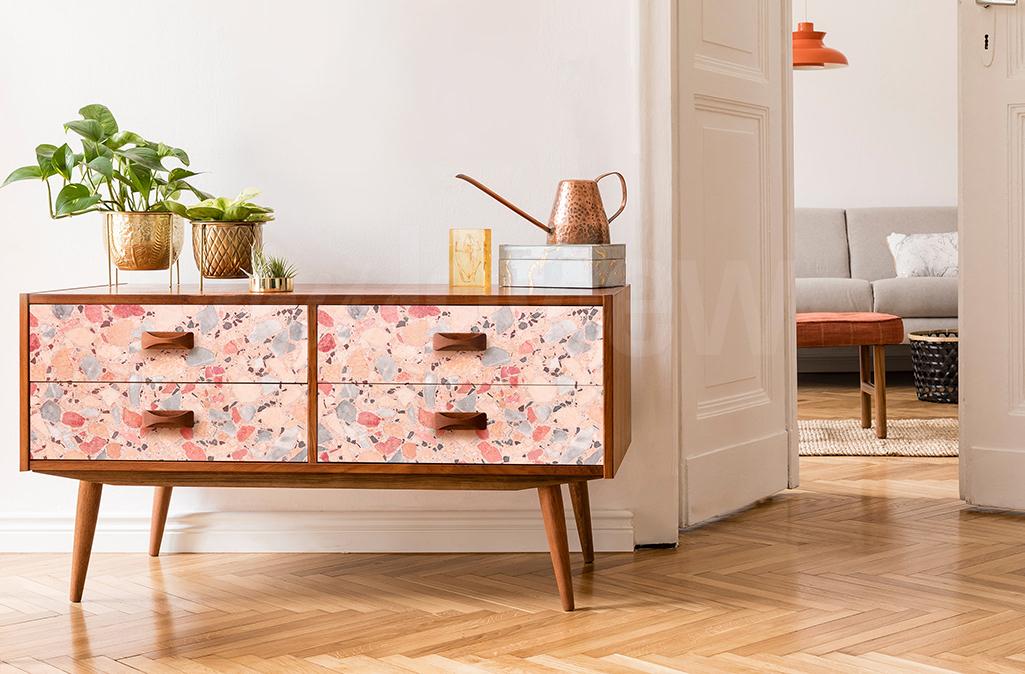 Si vous n'avez pas la possibilité de repeindre un meuble, optez pour un sticker qui recouvrira parfaitement toutes les rayures visibles en surface