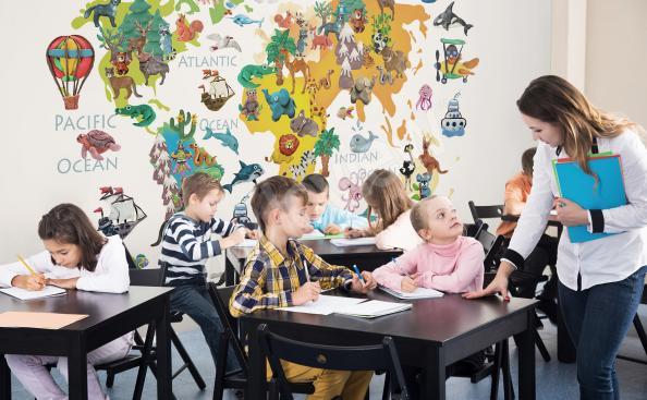 Papiers peints à l'école avec carte et animaux