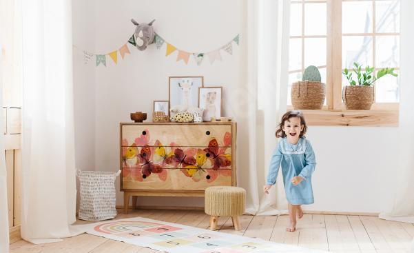 Un sticker papillons pour chambre de petite fille